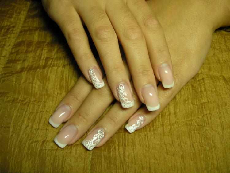 Ногти нарощенные белый френч с рисунком